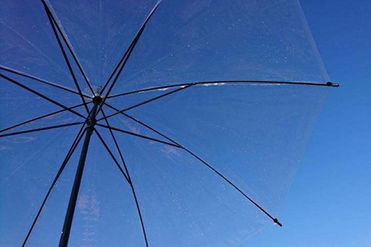 少しの雨でも傘をさす