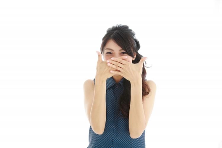 笑う際に口元を隠す