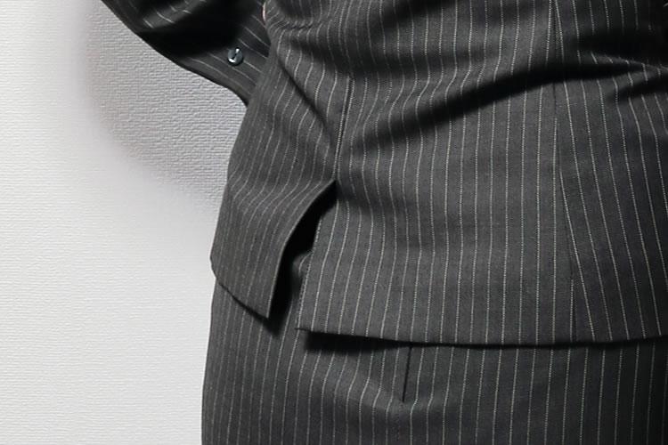 スーツの背中にあるスリット
