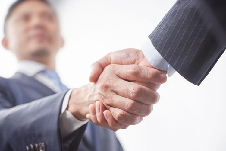 面接の最後に握手をすると受かりやすい