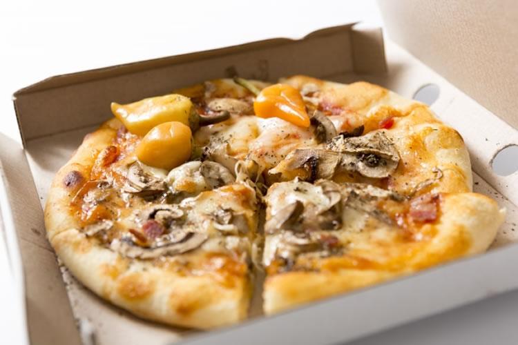 デリバリーピザの真ん中にあるプラスチック