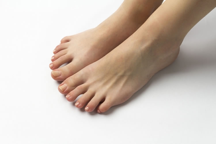 足の爪の手入れをする