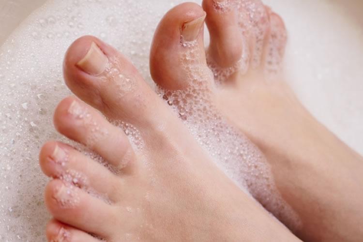 足の指の間をしっかりと洗う