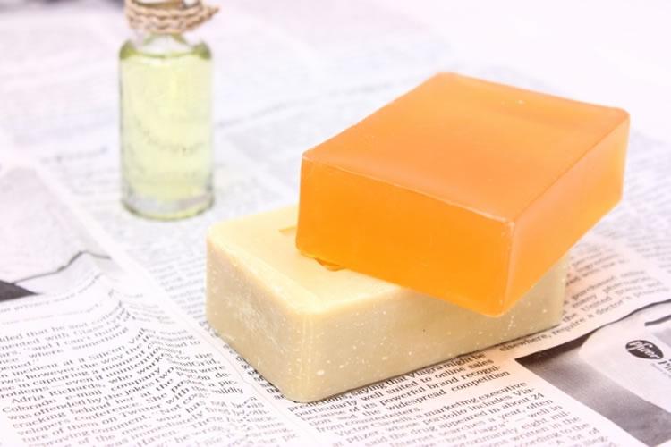 殺菌成分の入った石鹸で足を洗う