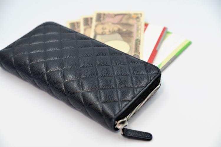 ゴールドや黒色の財布はお金が貯まりやすい