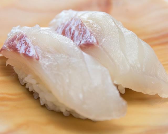 寿司を食べる時は白身に始まって味の濃いネタで終わる