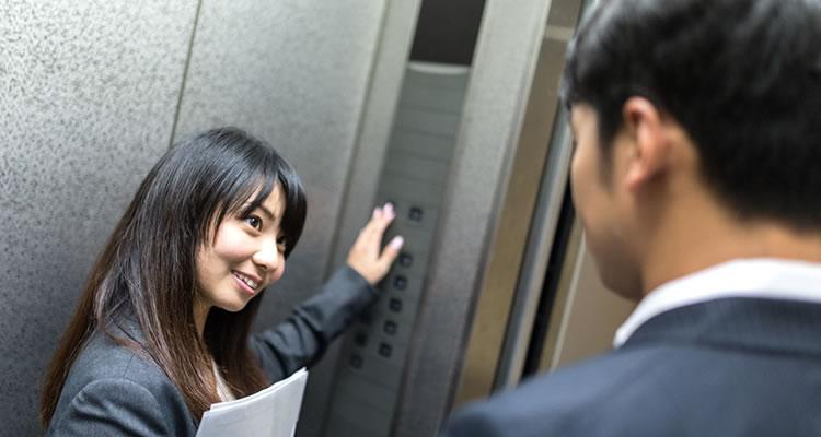 お客様の前を歩き会議室や応接室まで案内する