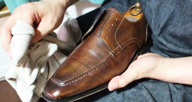 靴や鞄の汚れをチェック