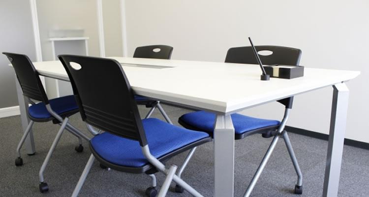 会議室や応接室では下座で座って待つ