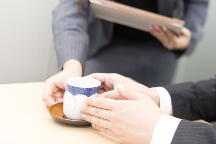 お茶やコーヒーの出し方に関するビジネスマナー