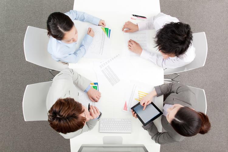 会議が無駄な時間となる原因と効率的に進めるための方法