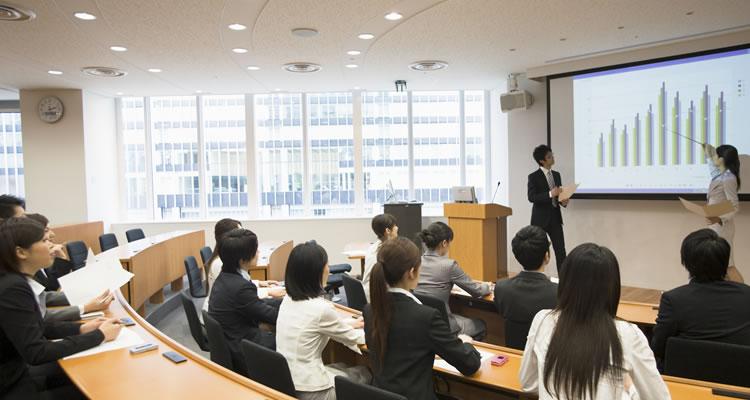 報告だけの会議や定例会議を中心に不必要な会議を見直す