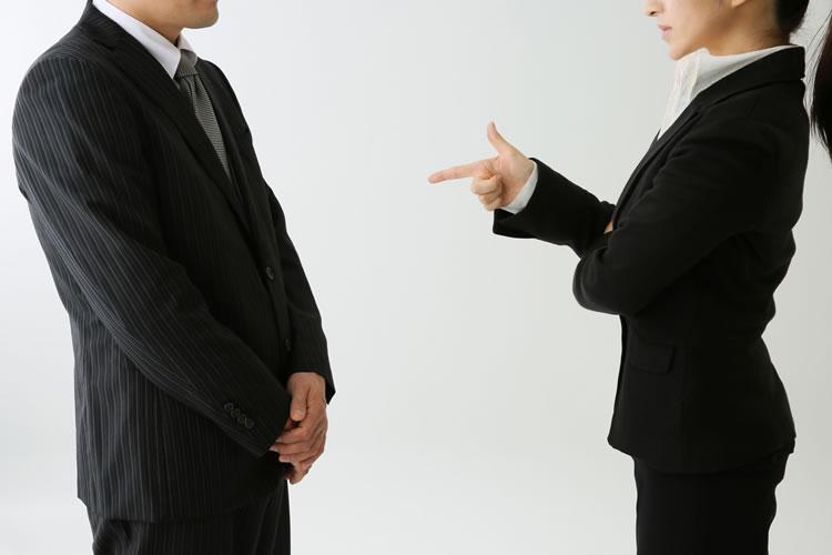 解雇することはもちろん退職を促したり、嫌がらせを行うなどは違法