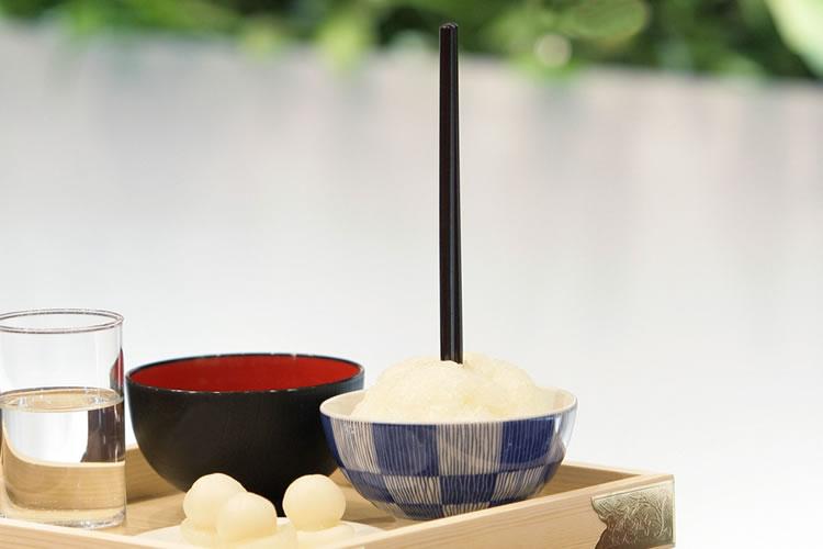 茶碗に盛ったご飯の上に箸を立ててはいけない
