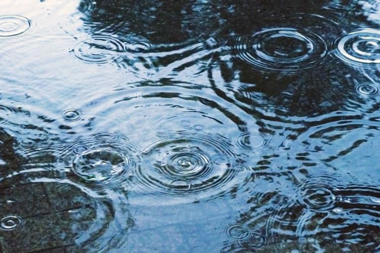 遠くの音がよく聞こえると雨