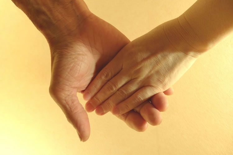手が冷たい人は心が温かい(手が温かい人は心が冷たい)