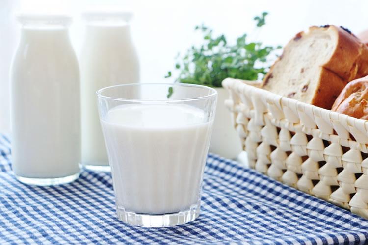 牛乳を飲むと胸が大きくなる