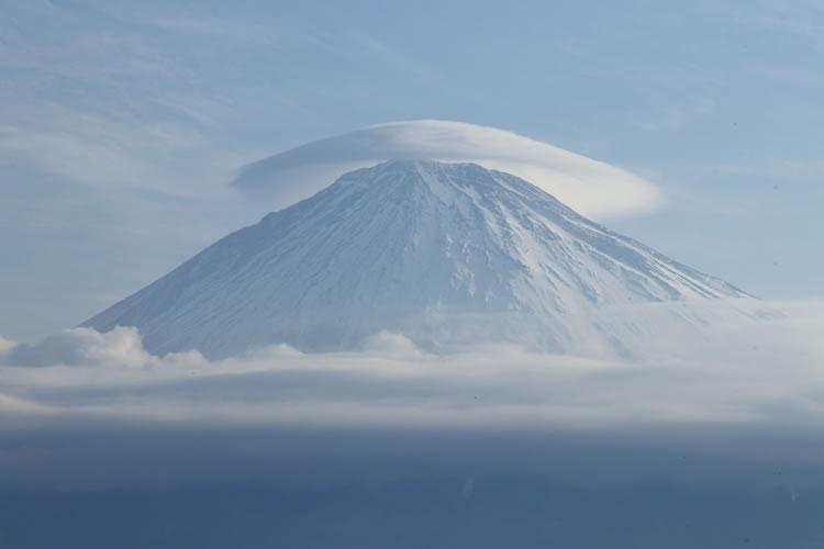 山にかさ雲がかかると雨