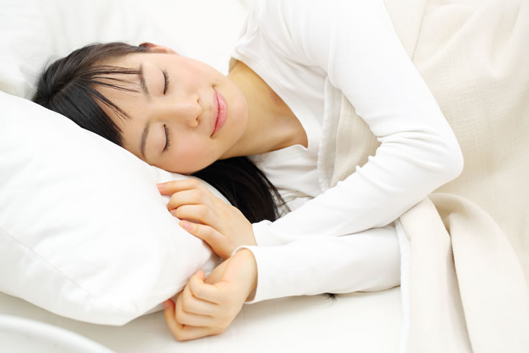 「寝る」と「眠る」の意味と違い