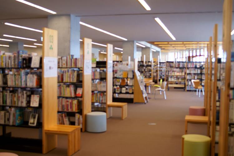 図書館で借りる