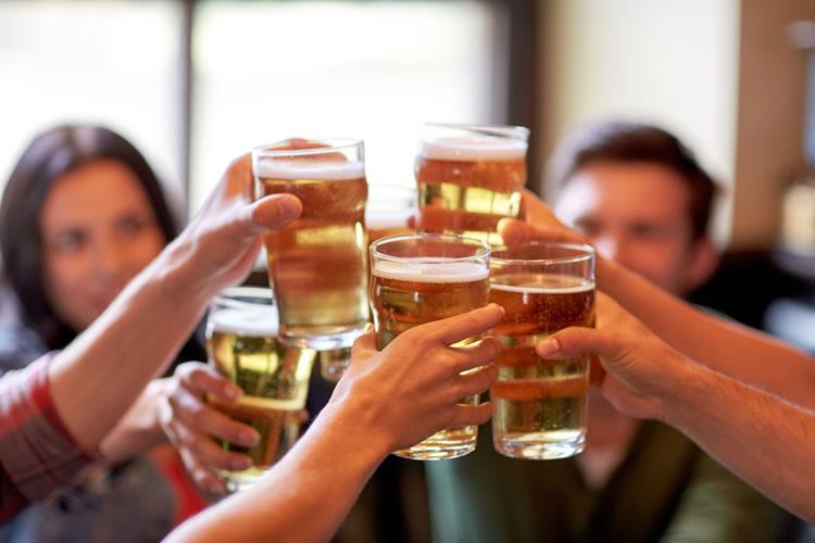 会社行事や飲み会に参加することで親交を深める