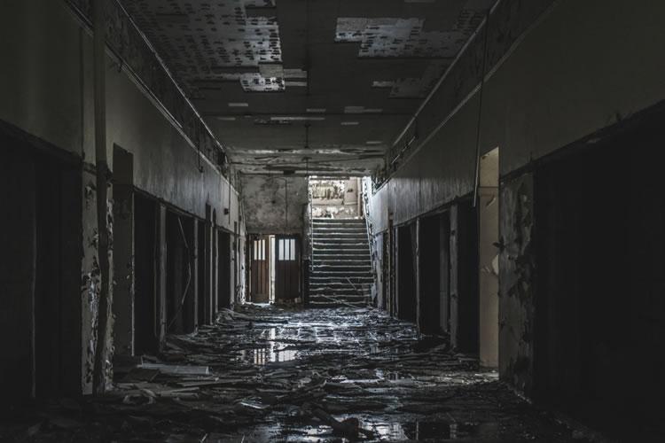 「廃墟」「廃屋」の意味と違い