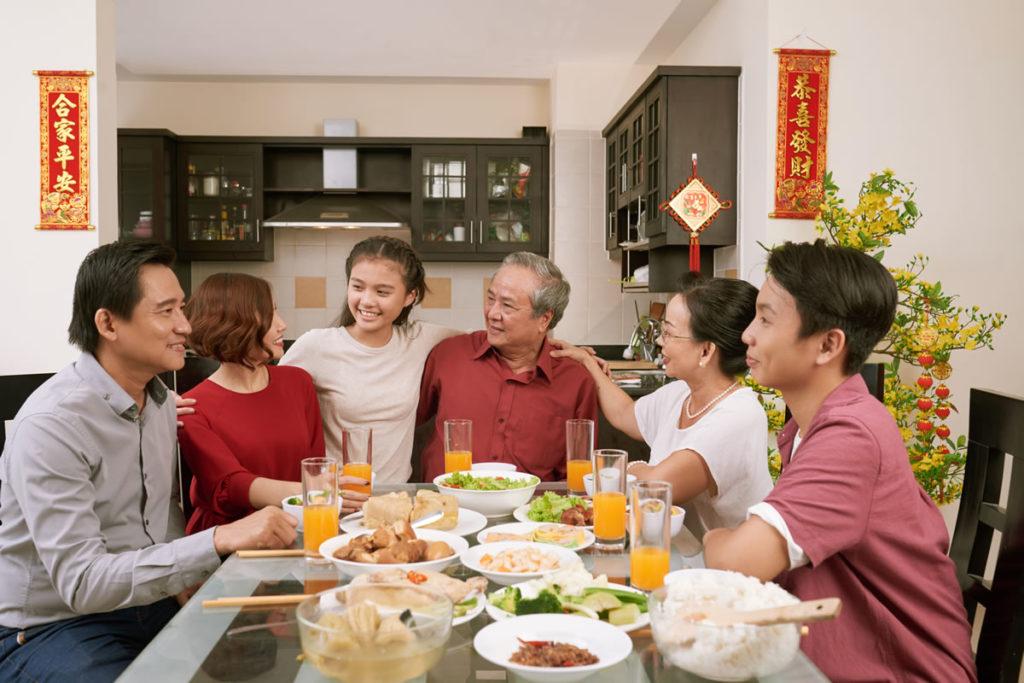 家族と一緒に食事で祝う